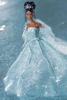 Barbie Doll 2001- Shimmering, beautiful gown!