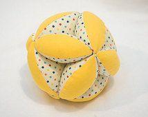 Puzzle Ball a mano per il bambino in puntini retrò & giallo