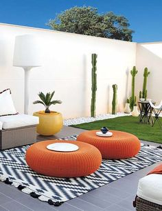 8 modern outdoor livings spaces that will surely inspire and motivate you to get outside. pillow balcony 8 Modern Outdoor Living Spaces That Will Make You Never Want to Go Inside Outdoor Lounge, Outdoor Rooms, Outdoor Decor, Orange Outdoor Furniture, Outdoor Ideas, Exterior Design, Interior And Exterior, Interior Architecture, Craftsman Exterior