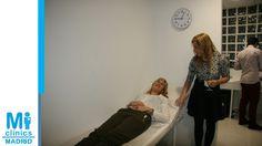 La Dra. Mónica Medina atiende a una paciente durante una autohemoterapia de demostración ante los asistentes a la inauguración