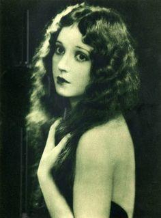 Madge Bellamy, 1923. People had great faces back then. La delicadeza es belleza.