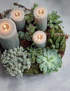Adventskrans arrangeret i et fad med sukkulenter, mos og rustikke lys