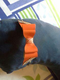 Tiara de laço de couro com strass. Feita por Bia Artesanatos