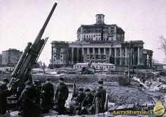 1941La Batalla de Moscú es el nombre dado por los historiadores soviéticos a dos periodos de lucha estratégicamente significativos en un corredor de 600 km de la frontera oeste de la Unión Soviética durante la segunda guerra mundial. Estos episodios tuvieron lugar entre octubre de 1941 y enero de 1942.