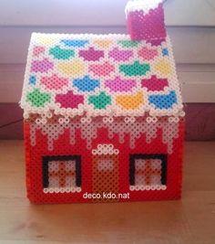 Et voici la maison du père noël  pour ce modèle: 4022 perles   prix de vente terminé: 22.70€                et voici le détail:             ... Hama 3d, Hama Beads 3d, Hama Beads Design, Pearler Beads, Noel Christmas, Christmas Themes, Christmas Crafts, Christmas Ornaments, Hama Beads Disney