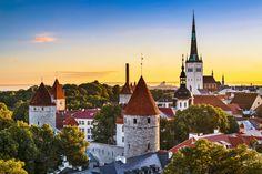 11 cidades medievais para você viajar no tempo | Skyscanner   Capital da Estônia, Talim é praticamente toda formada por prédios medievais. Seu centro histórico foi tombado como Patrimônio da Humanidade pela Unesco e é seu principal atrativo turístico, sendo palco para as maiores festividades e eventos culturais que animam a cidade.