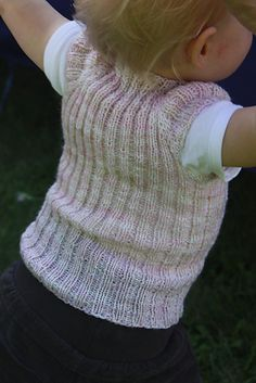 Ravelry: The Non Stop Top is knitted in one piece, without breaking yarn. It is flexible in size and can just as well be worn inside out, so toddlers and small children can easily be trusted to dress themselves. Knitted Headband Free Pattern, Baby Cardigan Knitting Pattern, Baby Knitting Patterns, Lace Knitting, Knitting Ideas, Knitting Projects, Knitting Needle Storage, Toddler Vest, Baby Vest