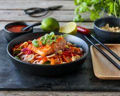 LAKS MED SPRØ GRØNNSAKER, RISNUDLER OG CHILISAUS Pasta Noodles, Thai Red Curry, Nom Nom, Vegetarian Recipes, Recipies, Dinner, Ethnic Recipes, Inspiration, Noodle Salads