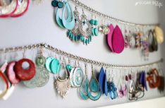 Jewelry OFF! Or stretch a metal chain between pushpins to make an elegant earring organizer. 14 Cheap AF Organization Hacks Thatll Actually Make Your Life So Much Easier Closet Hacks, Closet Organization, Jewelry Organization, Closet Ideas, Bathroom Organisation, 15 Dollar Store, Dollar Stores, Ideias Diy, Bee Crafts