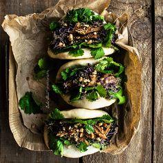 Gua Bao, pan de origen taiwanés elaborado al vapor. Relleno con cerdo estofado con una salsa agripicante, acompañado por cilantro, pepino y cacahuete.