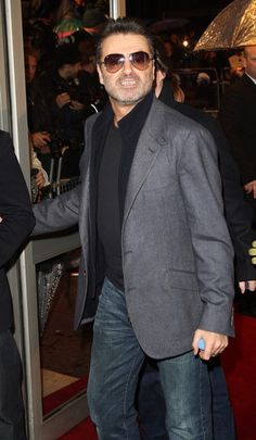 George Michael Photos Photos - (UK TABLOID NEWSPAPERS OUT)  Musician George Michael arrives at the UK film premiere of 'Sleuth' at the Odeon West End on November 18, 2007 in London, England. - Sleuth - UK Film Premiere