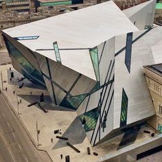 An aerial view of the ROM with its intercepting Chrystals #architecteye #archieasy #iphoneography #instagramhub #doingbuildings #archilovers #buildinglovers #abstractmybuilding #buildingstyles_gf...