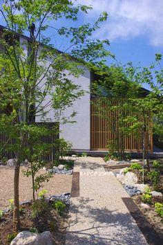 35 Fascinating Japanese Garden Design Ideas – Page 13 – Gardenholic Japan Architecture, Landscape Architecture, Landscape Design, Japanese Modern, Japanese House, Home Landscaping, Front Yard Landscaping, Facade House, House Roof