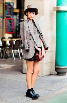 Street style look com blazer cinza, saia couro, sapato masculino preto e meia…