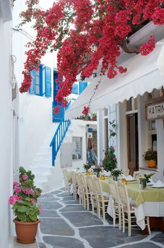 I meant to eat here but didn't get a chance! http://apairandasparediy.com/2015/06/a-quick-guide-to-mykonos.html