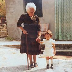 La sfida di oggi è riuscire a spiegare qual è la mia professione nel mio nuovo sito web come se la stessi raccontando a loro.  Lei è nonna Ortensia. L'altra sono io nell'82  Se mi capiscono loro due... è fatta!!! #mynewwebsite #nonna #littleme #abruzzo #scritturaipnotica #personalbranding #natasciapane