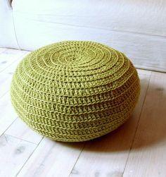 Cómo tejer un puff de trapillo. Eres de los que te gusta sentarte y leer un buen libro? tienes un espacio al lado del sofá vació y te gustaría rellenar? También es una buena iniciativa a Crochet Pouf, Knitted Pouf, Crochet Cushions, Diy Crochet, Diy Home Crafts, Yarn Crafts, Sitting Cushion, Meditation Pillow, Chair Pads