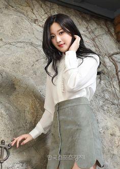 """[인터뷰] '커터' 문가영 """"어릴 땐 빨리 교복 벗고 싶었죠"""" - 한국스포츠경제 Young Actresses, Young Actors, Korean Actresses, Korean Actors, Actors & Actresses, Korean Dramas, Korean Star, Korean Girl, Asian Girl"""