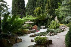 Jardim japonês do zen com pedras e rochas
