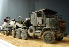 Oshkosh M1070 HETT with Black Hawk UH-60 on trailer, HobbyBoss 1:35