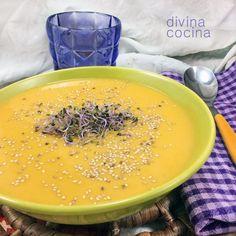 Esta crema de verduras de otoño resulta muy cremosa con la calabaza y la batata. Le sientan muy bien los toques de especias aromáticas como el jengibre y el clavo.