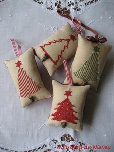 tree ornaments, fill with scents Christmas Sewing, Christmas Embroidery, Primitive Christmas, Christmas Cross, Christmas Projects, Handmade Christmas, Holiday Crafts, Christmas Diy, Merry Christmas