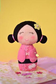 Kokeshi doll en fieltro - Broches de Fieltro