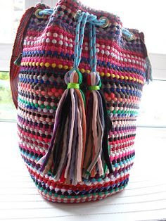 marymerche: alfombra = bolso Bucket Bag, Weaving, Crochet, Fashion, Crochet Purses, Rugs, Fabrics, Totes, Ganchillo
