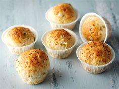 Juustosämpylät muffinivuoissa - Mikään ei voita tuoreen sämpylän tuoksua aamiaispöydässä. http://www.valio.fi/reseptit/juustosampylat-muffinivuoissa/