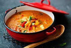 Chorizo-makkara tuo makua ja tulisuutta välimerelliseen keittoon. Tähän tomaattipohjaiseen, paljon paprikaa sisältävään peperonatakeittoon voi lisätä väriä käyttämällä erivärisiä paprikoita. http://www.valio.fi/reseptit/chorizokeitto/ #resepti #ruoka