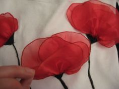 DIY Blugirl poppy- another great project for our diggers on remembrance day Shirt Refashion, T Shirt Diy, Handmade Flowers, Diy Flowers, Remake Clothes, Flower Bag, Anime Dress, Diy Clothing, Couture