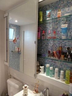 Projeto Ana Donadio - Pastilha da colormix no fundo do armário e porta de correr espelhada. Modern Bathroom Decor, Bathroom Design Small, Bath Decor, Bathroom Styling, Bathroom Interior Design, Home Decor Furniture, Bathroom Furniture, Small Shower Room, Creative Closets