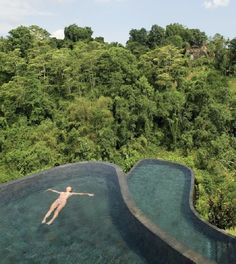 Una impresionante piscina de dos pisos en el hotel Jardines Colgantes Ubdub | Rincón Abstracto