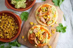 Een heerlijk Mexicaans gerecht: tostada's met kip, avocado, mais en een heerlijke saus. Maak zelf dit lekkere Mexicaanse recept!