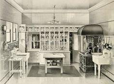 Old Kitchen, Vintage Kitchen, Danish Kitchen, Kitchen Ideas, Antique Kitchen Decor, Kitchen Pictures, Victorian Kitchen, Victorian Homes, Craftsman Kitchen