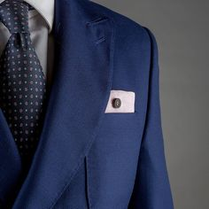 Pochette Uomo Eyelet Milano, Ebony Limited Edition. Tessuto di lino rosa, bottone di ebano. Fatto a mano in Italia. #eyeletmilano #madeinitaly #pocketsquares