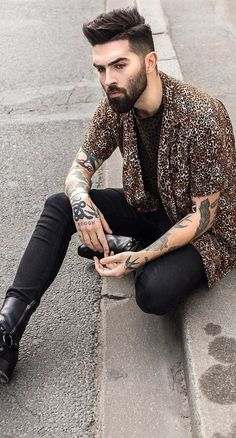 Short Sleeve Printed Shirts are perfect to wear alone or as a layering piece for summers. Don't limit yourself to t-shirts& polos, 20 outfit ideas for men. Men Fashion Show, Mens Fashion, Fashion Menswear, Style Fashion, Fashion Tips, Chris Millington, Stylish Men, Men Casual, Chris John