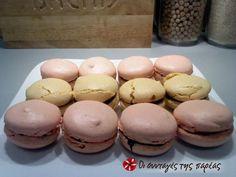 Χρωματιστά μακαρόν #sintagespareas Greek Recipes, Macarons, Hamburger, Muffin, Sweets, Bread, Cookies, Breakfast, Yum Yum