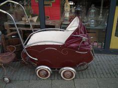 (artikelnr: 2016432) oude kinderwagen van werven meppel,van werven de fabriek is opgericht in 1923 en de wagens werden gemaakt in een oud pakhuis aan de grote kerkstraat in meppel, door de jaren heen