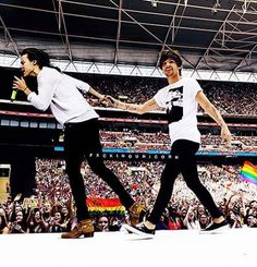 Larry is real ♥ Larry Stylinson, Louis Tomlinson, Otp, Larry Shippers, Harry 1d, Harry Styles Wallpaper, One Direction Harry, Direction Quotes, Louis And Harry
