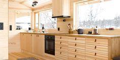 For å utnytte plassen best mulig, måtte arkitekten tenke smart. Kitchen Dining, Kitchen Cabinets, Plywood Kitchen, Log Home Interiors, Living Comedor, Wooden House, Log Homes, Ikea Hack, Kitchen Interior