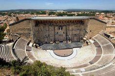 """""""El Teatro romano de Orange, construido bajo el reinado de César Augusto en el siglo I, es uno de los teatros romanos mejor conservados del mundo. Aún dispone del muro de escena con su elevación original: 103 metros de largo por 37 de alto."""" Información tomada de Wikipedia"""