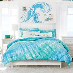 Love the wave mural above the bed.