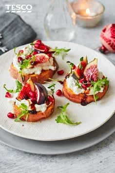 christmas recipes starters Impress guests with these gorgeous roasted sweet potato rounds as a vegetarian starter with real wow factor. Perfect for a festive feast, they are topped with creamy whipped feta, juicy figs and a sticky, sweet balsamic glaze. Vegetarian Starters, Vegetarian Recipes, Cooking Recipes, Healthy Starters, Vegetarian Canapes, Vegetarian Sandwiches, Going Vegetarian, Vegetarian Dinners, Dinner Party Starters