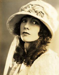 Natalie Talmadge portrait, 1920s (via valentinovamp on Tumblr)