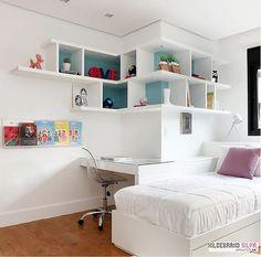 Projeto do escritório Hildebrand Silva Arquitetura, que aplicou nichos super descolados deixando o quarto de solteiro muito mais vibrante e stylish. Bedroom; niches; niches; white room; teen; shelves.