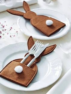 Easter bunny table decoration place setting idea , add a place card popping from the pocket too , making inspirationimages Happy Easter, Easter Bunny, Easter Eggs, Easter Dinner, Easter Party, Easter Projects, Easter Crafts, Easter Table Settings, Easter 2020