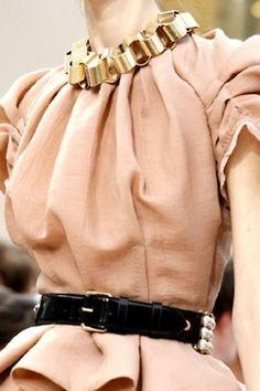 Louis Vuitton Fall 2009 Ready-to-Wear Collection Photos - Vogue Runway Fashion, Fashion Art, Love Fashion, High Fashion, Fashion Beauty, Fashion Show, Womens Fashion, Fashion Trends, Fashion Styles