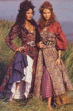 Old boho. From a vintage Liberty Fabrics ad in Vogue Patterns Magazine, around Boho chic bohemian boho style hippy hippie chic bohème vibe gypsy fashion indie folk dress Gypsy Chic, Gypsy Style, Hippie Style, Bohemian Style, Boho Chic, Moda Hippie, Hippie Bohemian, Boho Gypsy, Vogue Patterns
