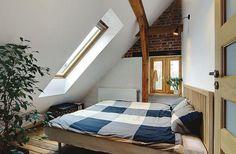 Aranżacja mieszkania na poddaszu, które jest pełne naturalnego światła
